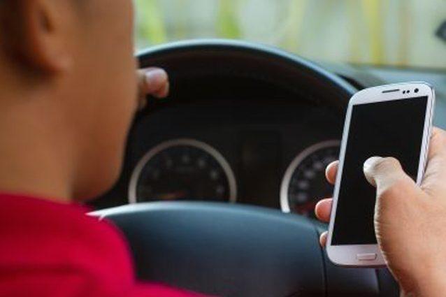 L'utilizzo dello smartphone alla guida è una pessima abitudine.