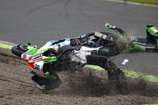 La caduta di Leon Haslam a Knockhill / Kawasaki Team Green