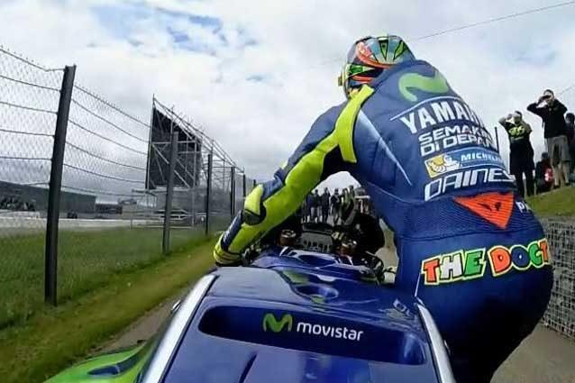 Valentino Rossi costretto a spingere la sua M1 / MotoGP.com