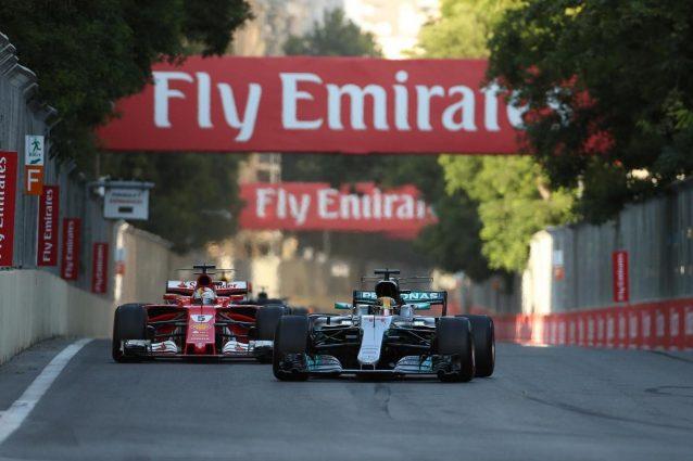 Hamilton mette un 'like' contro Vettel, la FIA e la Ferrari