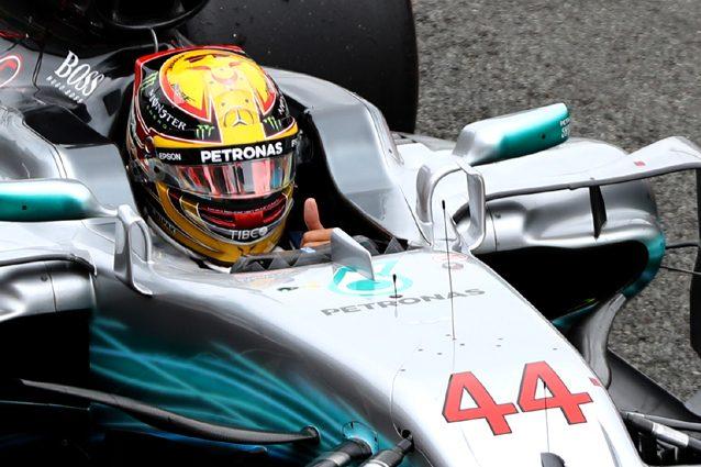 Lewis Hamilton esulta dopo la pole position di Silverstone – Getty Images