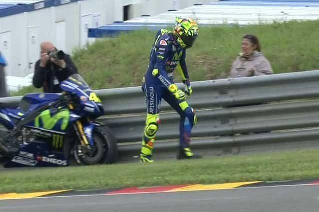 Valentino Rossi costretto a lasciare la prima moto a bordo pista / MotoGP.com