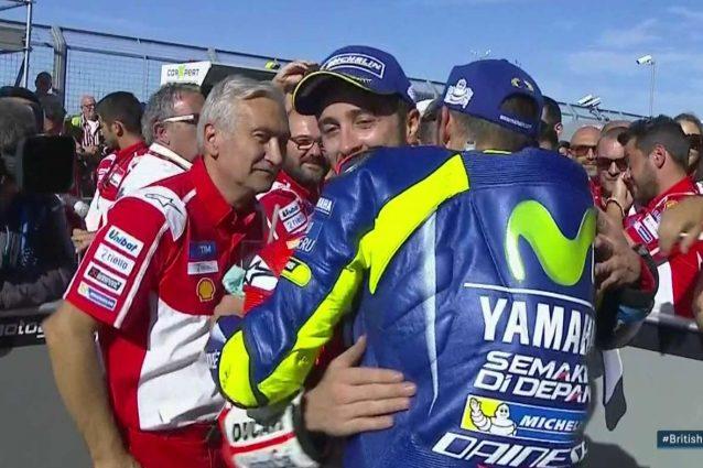 Abbraccio e stretta di mano tra i due italiani
