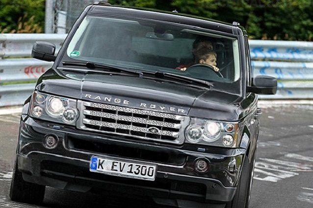 il bambino sulla Range Rover (foto Ansa)