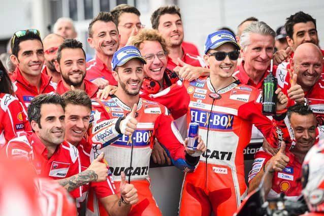 Dovizioso e Lorenzo con il team Ducati al parco chiuso  GettyImages
