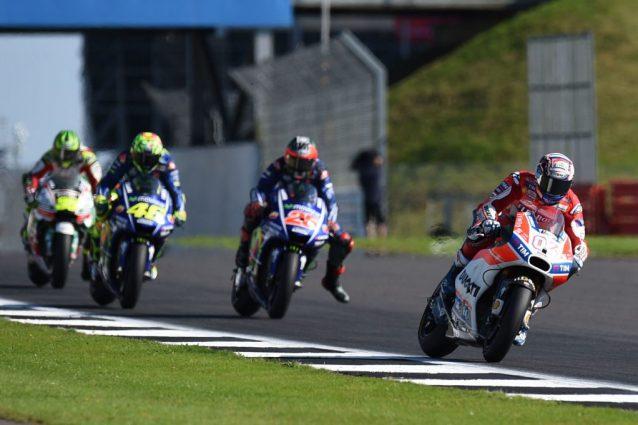 """GP di Gran Bretagna: il """"solito"""" capolavoro del Dovi sorprende le Yamaha. Disastro Marquez"""