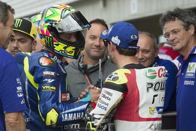 Marquez in pole, Rossi e Crutchlow in prima fila