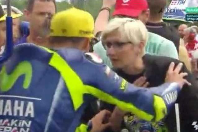 Valentino Rossi infastidito da una donna prima della partenza del Gp della Repubblica Ceca / Movistar Tv
