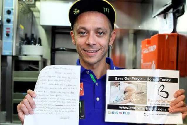 Valentino Rossi mostra la lettera scritta nel 2010 / Shannonscharity