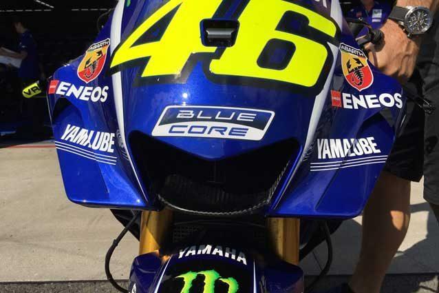 La nuova carena Yamaha sulla moto di Valentino Rossi / @skysportmotogp