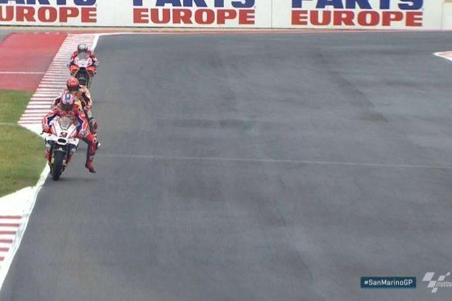 Petrucci guida il gruppo, Marquez e Dovizioso inseguono. Giro veloce di Dovi