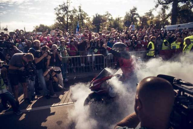 Lewis Hamilton si esibisce in un burn out a Monza / Twitter