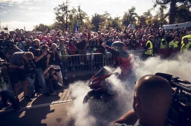 F1, Hamilton show: burn-out a Monza prima del GP