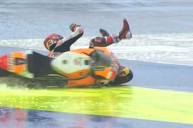 """MotoGP Misano, scafo Marquez sul bagnato e non manca la caduta. Poi il saluto ai """"gufi"""" gialli"""