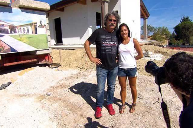 Paolo Simoncelli e Kate Fretti posano davanti all'edificio ormai completato