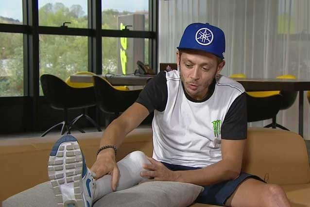 Valentino Rossi mostra la gamba infortunata / Sky Sport MotoGP