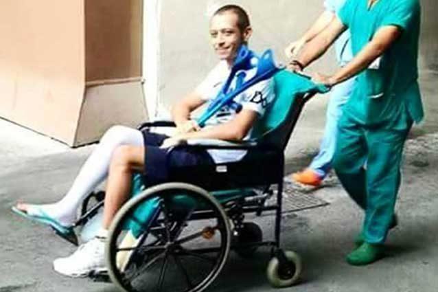 Valentino Rossi lascia l'ospedale Torrette / Twitter