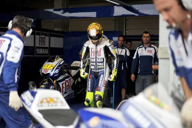 Valentino Rossi al Sachsenring nel 2010 raggiunge la sua M1 con l'aiuto di una stampella / GettyImages