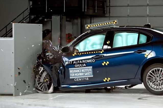L'Alfa Romeo Giulia durante i crash test IIHS / IIHS