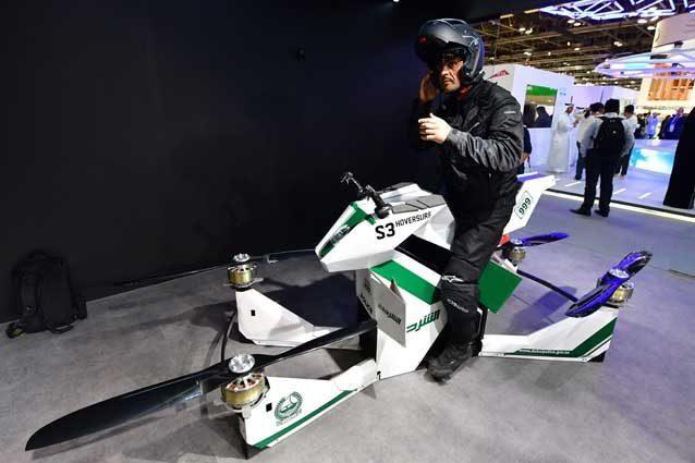 Dubai, la polizia arriva con la moto volante