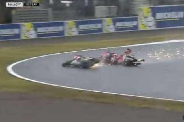 Lorenzo colpito da Crutchlow durante le libere 1 del Gp del Giappone / MotoGp.com