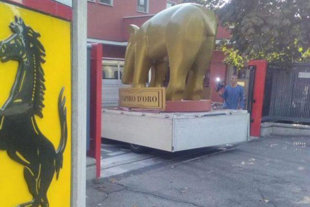 Il tapiro d'oro consegnato alla Ferrari – foto @Facebook