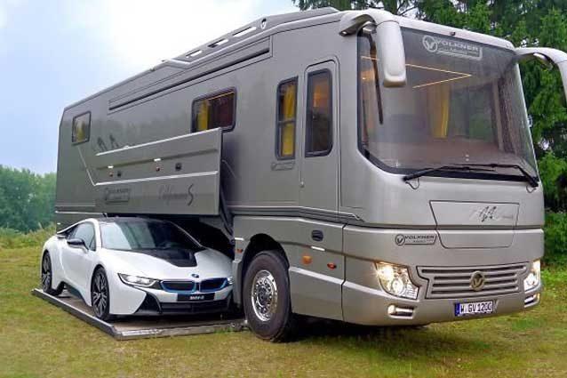 Il Volkner Mobil Performance S dispone di un garage con sistema di sollevamento idraulico / Volkner Mobil