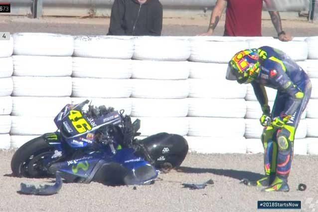 Valentino Rossi osserva la sua M1 dopo la caduta in curva 10 / MotoGP.com