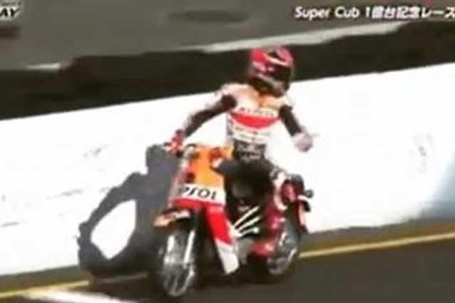Marc Marquez contro le protezioni nella gara con i Super Cubs / Honda Racing Thanks Day