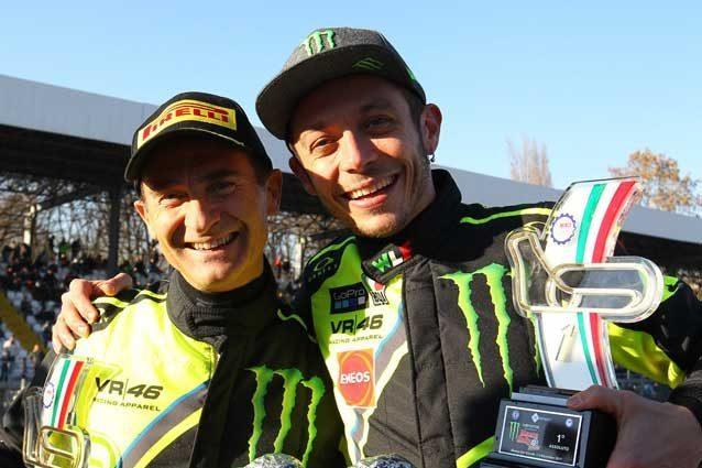 da sinistra, Carlo Cassina (57 anni) e Valentino Rossi (38 anni) sul podio di Monza / credit: Autodromo Nazionale di Monza / Rigato Romanò