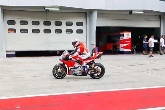 Casey Stoner in sella alla Ducati GP18 nei test di Sepang / Twitter