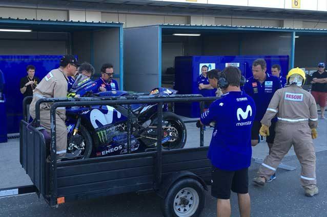 La M1 di Valentino Rossi riportata al box dopo la caduta / Twitter