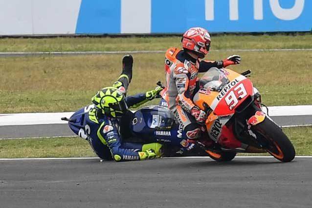 Rossi a terra dopo lo scontro con Marquez / MotoGP.com
