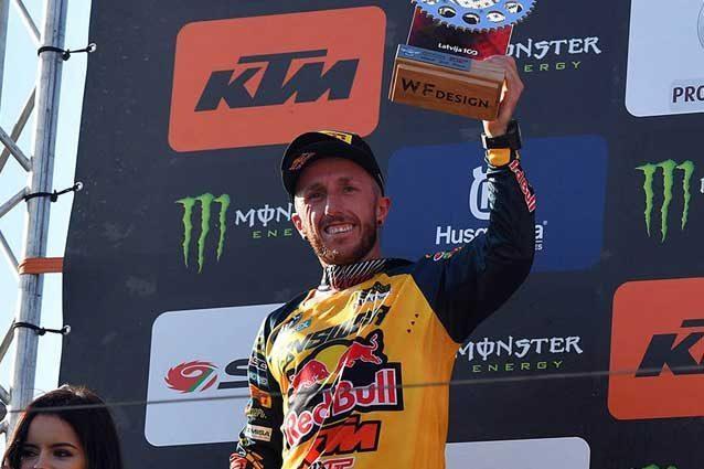 Cairoli festeggia sul podio il suo 222° GP disputato / De Carli Racing