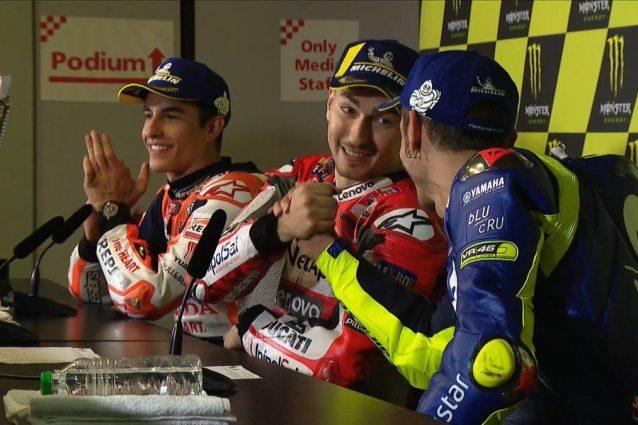 Stretta di mano tra Rossi e Lorenzo in conferenza stampa a Barcellona / MotoGP.com