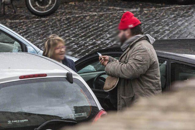 Un parcheggiatore abusivo – LaPresse