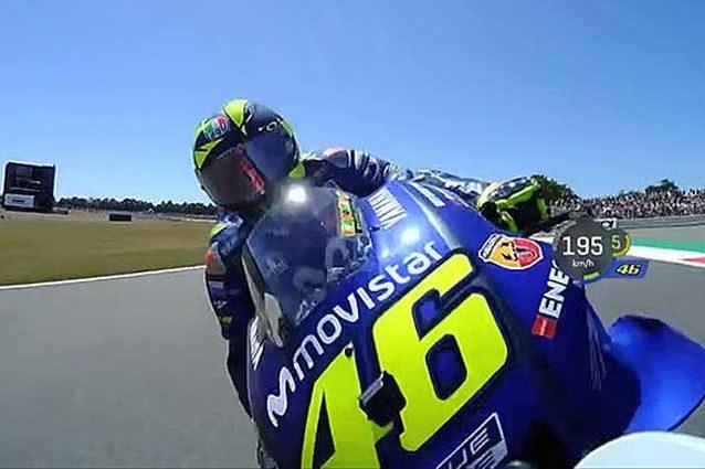 Il momento del contatto tra Rossi e Lorenzo / MotoGp.com