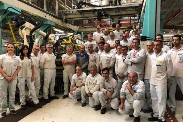 La foto di gruppo con la scocca dell'ultima Fiat Punto / Facebook