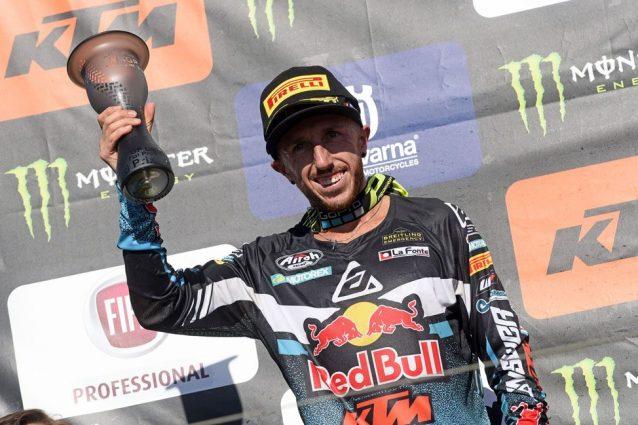 Tony Cairoli sul secondo gradino del podio a Lommel / De Carli Racing