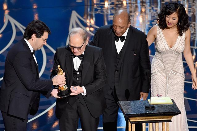 Ennio Morricone ritira l'Oscar 2016 per la Miglior Colonna Sonora (Getty Images)