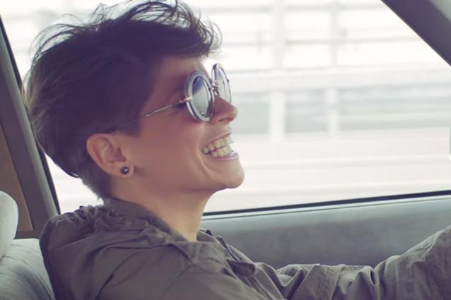 Popolare Amoroso come Alanis Morrisette nel nuovo video di 'Comunque andare' AC56
