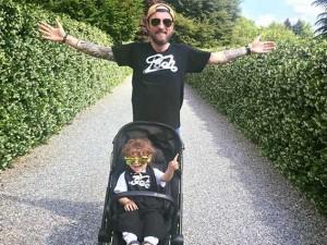 Francesco Facchinetti col figlio Leo (via Facebook)