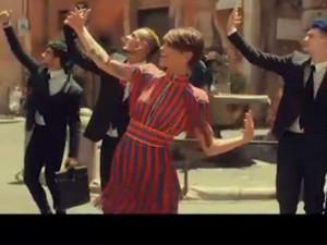 """Alessandra Amoroso presenta il video di """"Vivere a colori"""" e mostra le doti da ballerina"""