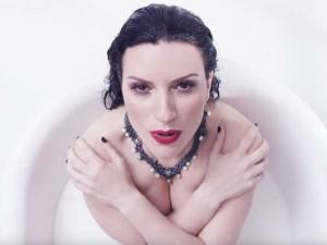 """Laura Pausini mostra il lato sexy: immersa nel latte nel video di """"Ho creduto a me"""""""