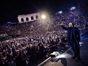Renato Zero si racconta nel live dell'Arena di Verona: Elisa, Emma e Conti tra gli ospiti