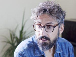 L'importanza di un cantautore come Brunori Sas, che racconta le paure senza retorica