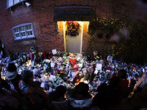 Fiori e messaggi fuori la casa di George Michael (DANIEL LEAL–OLIVAS/AFP/Getty Images)