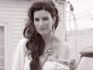 """Nuovo video per Laura Pausini che ne promette inedito al giorno fino a """"200 note"""""""