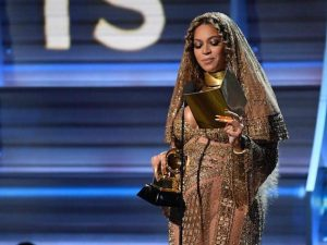 Beyoncé premiata durante i Grammy Awards 2017 (Getty Images)
