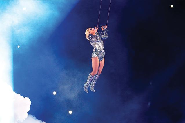 """Lo show di Lady Gaga al Super Bowl, frecciatine a Donald Trump: """"USA per tutti"""""""